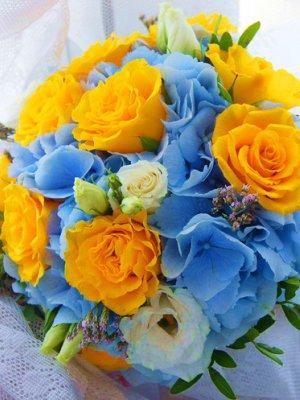 Оформленный букет из гортензии и эустомы, международная доставка цветов томск акции